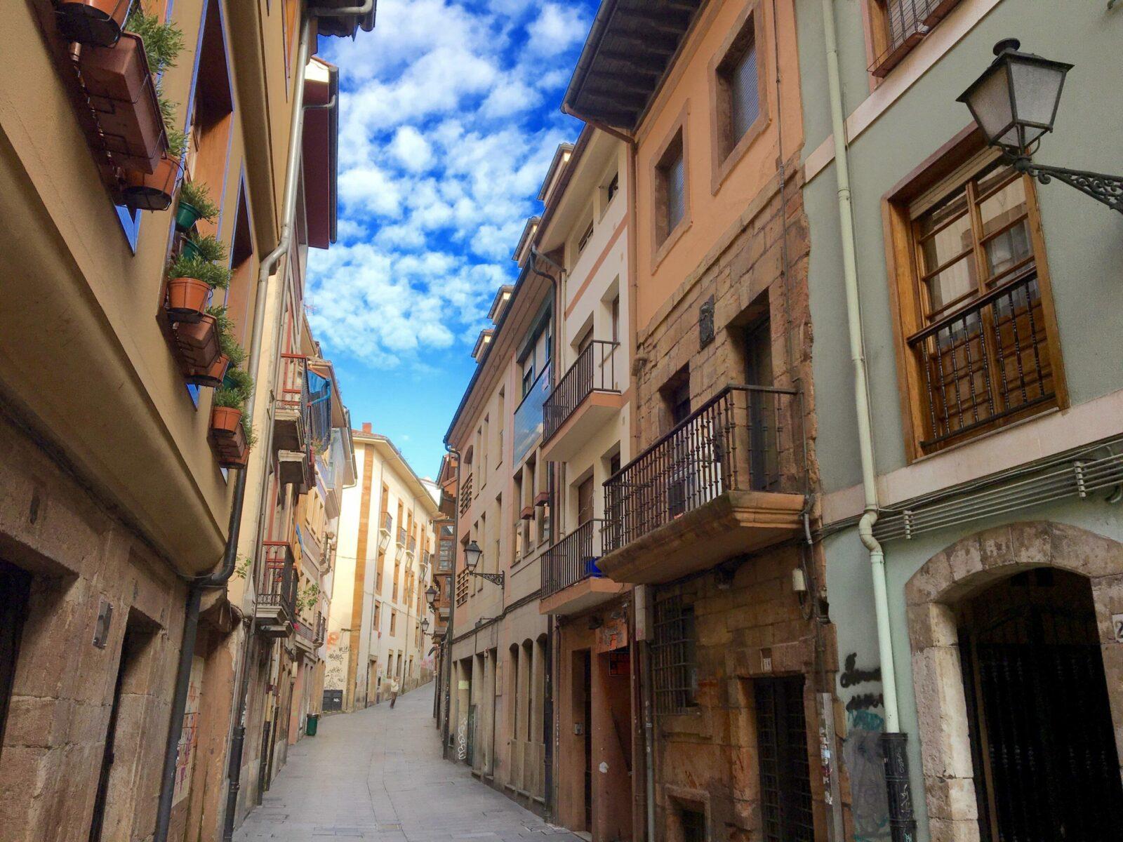 Como llegar a Joyas de Asturias. Situación del apartamento en la calle oscura.