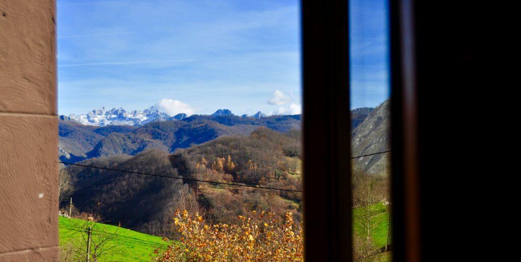Paisaje desde la ventana. Picos de Europa y Peña Santa al fondo.